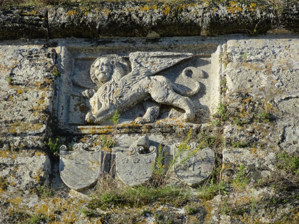 Armoiries de Venise, omniprésentes dans les îles ioniennes qu'elle a occupées quatre siècles et où les Turcs, malgré leurs tentatives n'ont pu s'implanter durablement qu'à Leucade. Celles-ci ornent la forteresse de Zanthe (Zakynthos en grec)