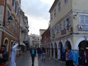 Rue à arcades, typique de l'influence italienne, à Corfou.
