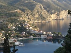 Un des plus beaux sites de Céphalonie : le petit port d'Assos au nord-ouest, îles ioniennes.