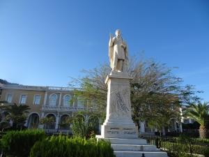 Statue de Solomos à Zanthe, îles ioniennes, portant le refrain de l'hymne national : «Sortie des ossements sacrés des Hellènes avec ta bravoure d'antan, salut à toi ô Liberté !»