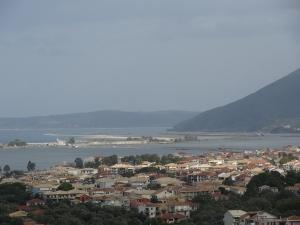Vue de la ville de Leukade, îles ioniennes, où l'on voit bien la position particulière de l'île : très proche du continent (au fond à droite), on y accède par deux longues digues coupées par un canal avec un pont tournant, devant une forteresse vénitienne. Entre le canal et la ville, un vaste étang.